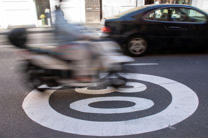 Un vehículo circula por una vía señalizada con la limitación de velocidad a 30 km/h, este martes en Palma.