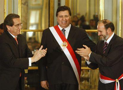Alan García, flanqueado por el ex primer ministro Jorge del Castillo (izda) y Yehude Simon (dcha).