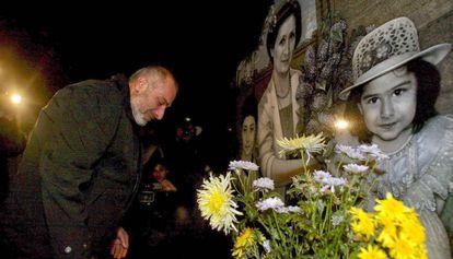 El arquitecto Vitaly Kalóyev visita la tumba de su esposa y sus dos hijos en el cementerio de Vladikavkaz.