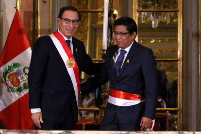 El presidente peruano Martin Vizcarra y el nuevo ministro de Justicia Vicente Zeballos durante la toma de posesión