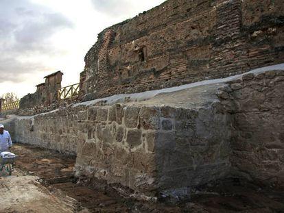 Trabajos para restaurar la muralla medieval del siglo XIII descubierta en Talamanca del Jarama; encima, el muro de La Cartuja (siglos XVII y XVIII)