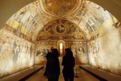 Pinturas murales del siglo XII de la iglesia de la Vera Cruz de Maderuelo (Segovia), situadas en una de las nuevas salas del Museo del Prado inauguradas ayer.