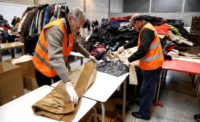 Voluntarios por Madrid trabajan en marzo ordenando el material donado para los refugiados.