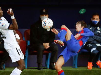 Bryan Gil (d) lucha por el balón con Nyom.