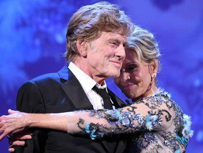 Robert Redford y Jane Fonda, el 1 de septiembre de 2017 en Venecia, tras recibir el León de Oro a la carrera.