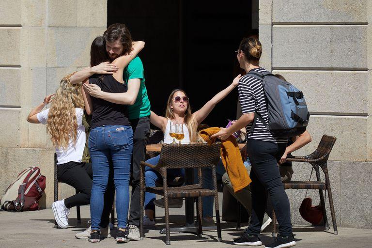 Varias personas se saludan en una terraza del centro de Girona este lunes.