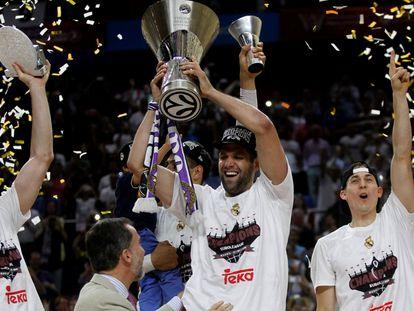 Felipe Reyes alza el título de la Euroliga de 2015 como capitán del Real Madrid. CLAUDIO ÁLVAREZ