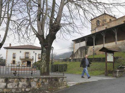 Vista de la plaza y la iglesia de Itsaso (Gipuzkoa).