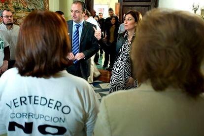El presidente de la Diputación de Alicante, José Joaquín Ripoll, junto a la alcaldesa de Orihuela, Mónica Llorente, durante una protesta de vecinos contra la construcción de una planta de basuras adjudicada a Enrique Ortiz en Torremendo.