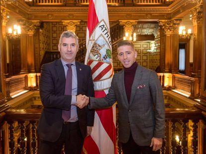Muniain, junto al presidente del Athletic, Josu Urrutia.