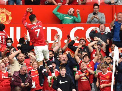 Cristiano celebra el 1-0 ante la grada de Old Trafford.