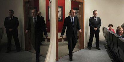 El vicepresidente primero del Gobierno, Alfredo Pérez Rubalcaba, entra en la sala de prensa tras el Consejo de Ministros.