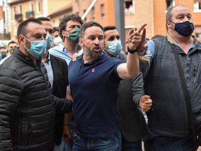 El presidente de Vox, Santiago Abascal, se encara con un grupo de manifestantes tras intervenir en Sestao (Bizkaia).