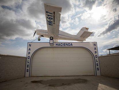Avioneta y terreno que emula la Finca Nápoles del narcotraficante Pablo Escobar.