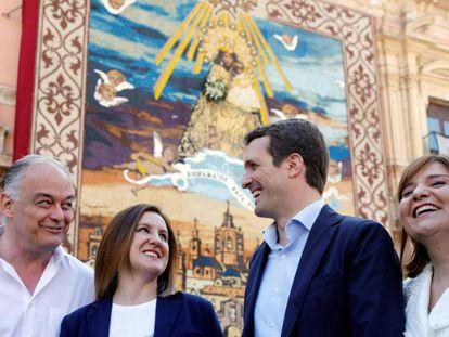 Pablo Casado conversa con Esteban González Pons, Isabel Bonig y María José Catalá durante su visita a la basílica de la Virgen en Valencia. En vídeo, Casado interviene en un mitin este sábado en Valencia.