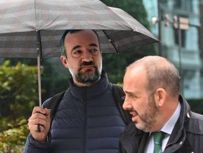 Francisco Martínez, con paraguas, sale de la Audiencia Nacional.