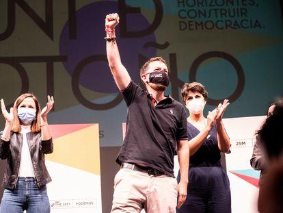 Pablo Iglesias junto a Ione Belarra en el acto de clausura de las jornadas de la Universidad de Otoño del partido, este domingo en Rivas-Vaciamadrid.
