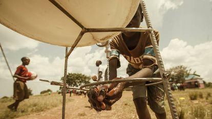Punto de acceso a agua instalado en Uganda por la ONG Watoto Wasoka gracias a los fondos recogidos por Common Goal.