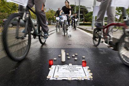 Miembros del Bicicleta Club Catalunya, de riguroso luto, despiden el carril bici de Castelldefels.