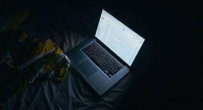Un ordenador con el correo de Gmail.