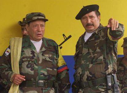 """Manuel Marulanda Vélez, """"Tirofijo""""(i.) dialoga con el comandante Jorge Briceño, """"Mono Jojoy""""; ambos líderes de las Fuerzas Armadas Revolucionarias de Colombia (FARC), en una fotografía tomada en abril de 2000."""