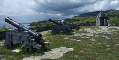 Turistas visitan los vestigios del Fuerte Nuestra Señora de la Soledad, construido por los españoles en Umatac, Guam.