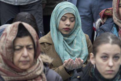 Una mujer musulmana reza durante una protesta en Nueva York, el viernes.