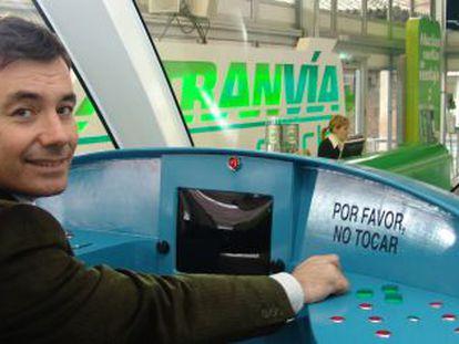 Tomás Gómez, en la cabina de un tranvía de Parla en noviembre de 2005.