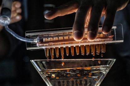Elaboración en el laboratorio de investigación de Lavazza de las esferas de café ideadas en elBulli.
