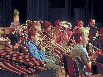 Niños tocando en una orquesta.