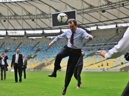Artur Mas cabecea un balón en el césped del estadio de Maracaná.