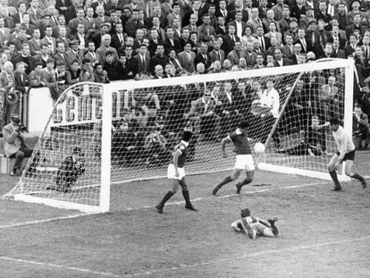 Angelo Martins, defensa del Benfica, detiene sobre la línea de gol un cabezazo de Kocsis, en el suelo, en la final de 1961.