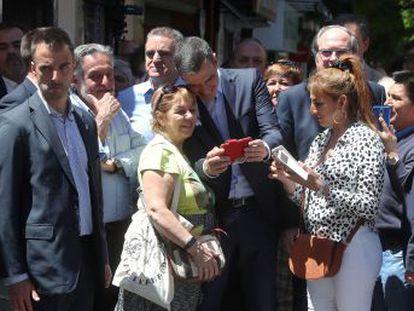 El presidente Pedro Sánchez entra en campaña y acompaña a Ángel Gabilondo y Pepu Hernández en un paseo por el sur de Madrid