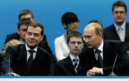 El presidente ruso, Vladímir Putin (derecha), junto a Dmitri Medvédev, presidente electo, en el congreso de Rusia Unida en abril de 2008.