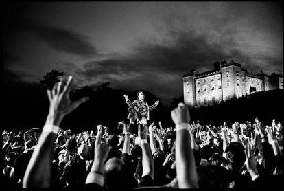 Bono durante un concierto del Elevation Tour de U2, gira celebrada en 2001 que no interrumpió a pesar de que su padre se estaba muriendo.
