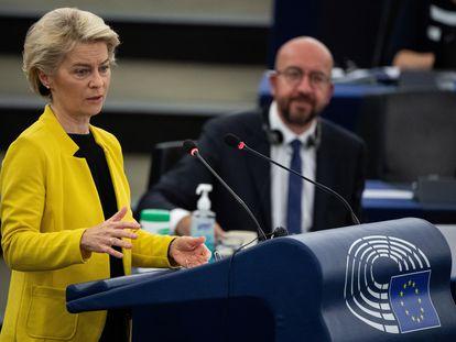 La presidenta de la Comisión Europea, Ursula von der Leyen, y el presidente del Consejo Europeo, Charles Michel, durante el pleno del Parlamento Europeo, este miércoles en Estrasburgo.
