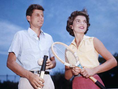 El senador John Kennedy y su prometida Jacqueline Bouvier, durante una partido de tenis.