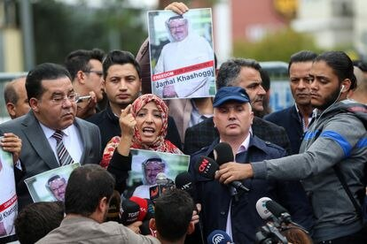 La Nobel de la Paz yemení Tawakkol Karman, en una protesta en Estambul por la desaparición del periodista saudí Jamal Khashoggi, en octubre de 2018.