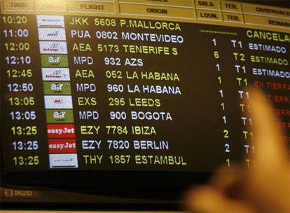 Una pantalla de Barajas indica el retraso del vuelo que tuvo que hacer escala en Madrid.