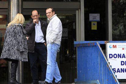 Fumadores, en la puerta del hospital Doce de Octubre.
