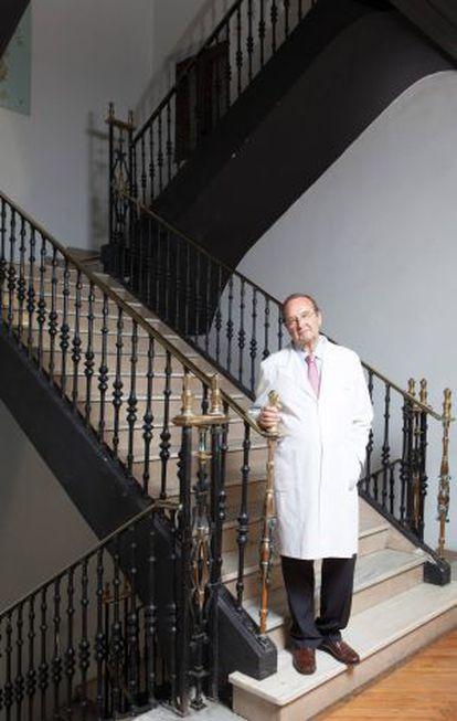 Fausto Galdo, en la escalera de la Real Academia Galega de Medicina. / XURXO LOBATO