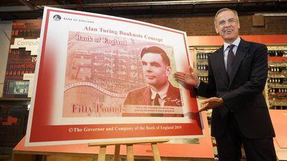 El gobernador del Banco de Inglaterra, muestra en julio de 2019 en Manchester el nuevo billete de 50 libras con el rostro del matemático Alan Turing.