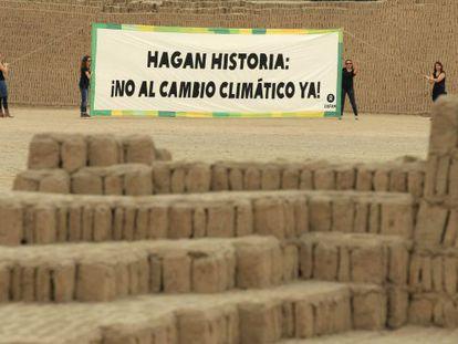 Activistas de Oxfam despliegan una pancarta gigante con el lema 'Hagan historia: ¡no al cambio climático ya!' en Lima (Perú).