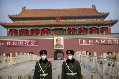 Dos soldados montan guardia frente a la imagen de Mao Zedong en la Ciudad Prohibida de Pekín.