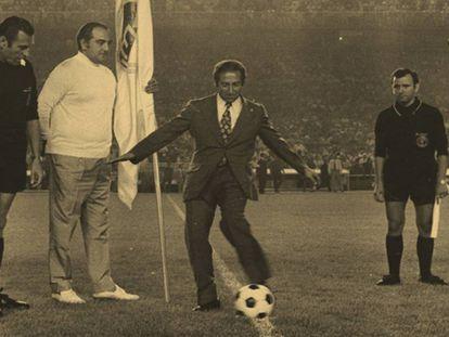 Gento hace el saque de honor en el Real Madrid-Betis de la primera jornada de la Liga 71-72.