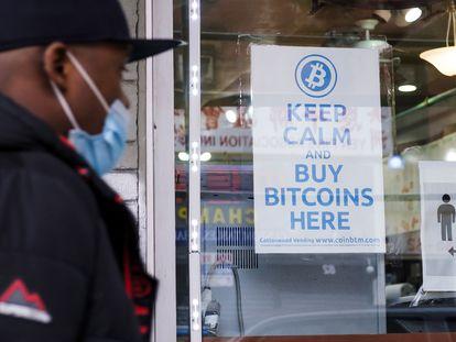 Cartel animando a comprar bitcoins en Nueva York, el 9 de febrero.