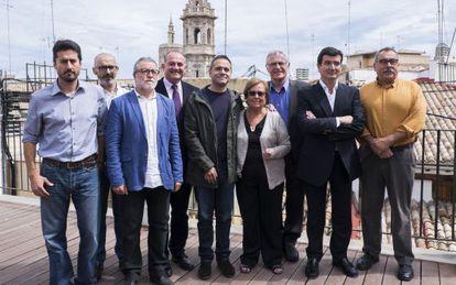Candidatos de los partidos y portavoces de los vecinos de El Cabanyal-Canyamelar, ayer.