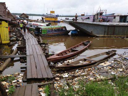 Las basuras cubren la superficie del río Amazonas en el puerto de Bellavista-Nanay, en Iquitos, Perú.