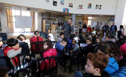 Jorge Drexler visita la escuela bilingüe Mano a Mano para niños judíos y árabes en Jerusalén.