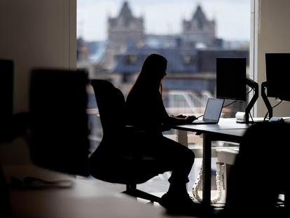 Una empleada lleva a cabo su trabajo desde una oficina, el pasado 26 de agosto.